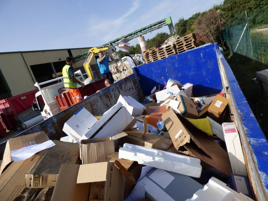 Cartons, papiers ou matériel électronique étaient collectés hier matin.