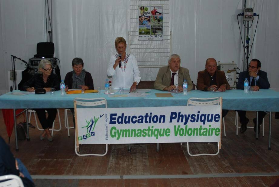 La table des personnalités pendant la prise de parole de la présidente Claude Gostanian.