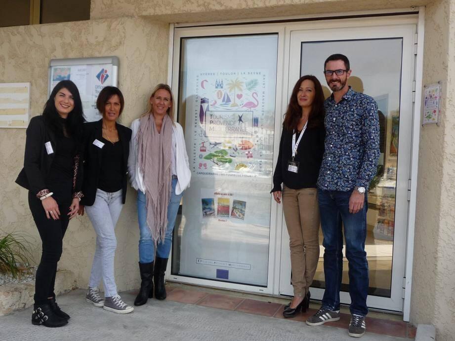 De gauche à droite : Damien Henry, adjoint au maire, Sophie Icardi, responsable du point tourisme de Carqueiranne, Sandrine Capdevieille, directrice pôle tourisme de TPM et les agents de vente et d'accueil.