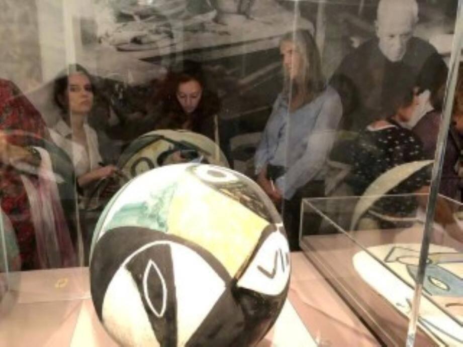 Les visites de l'exposition se succéderont jusqu'au 22 octobre pour permettre au public de découvrir les œuvres du Maître dont ce vase conçu dans la cité des Potiers et offert à Paul Éluard.