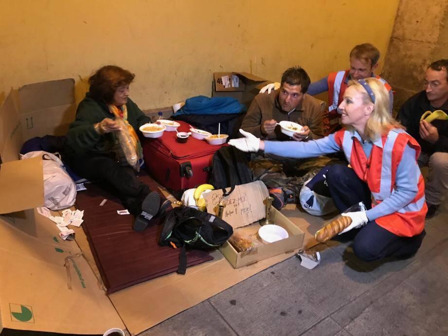 L'hiver n'est pas encore là mais les nuits sont déjà froides dans les rues de Nice. C'est ici qu'œuvrent Les Anges Gardiens, ici aidés par la princesse Camilla Bourbon des Deux-Siciles.