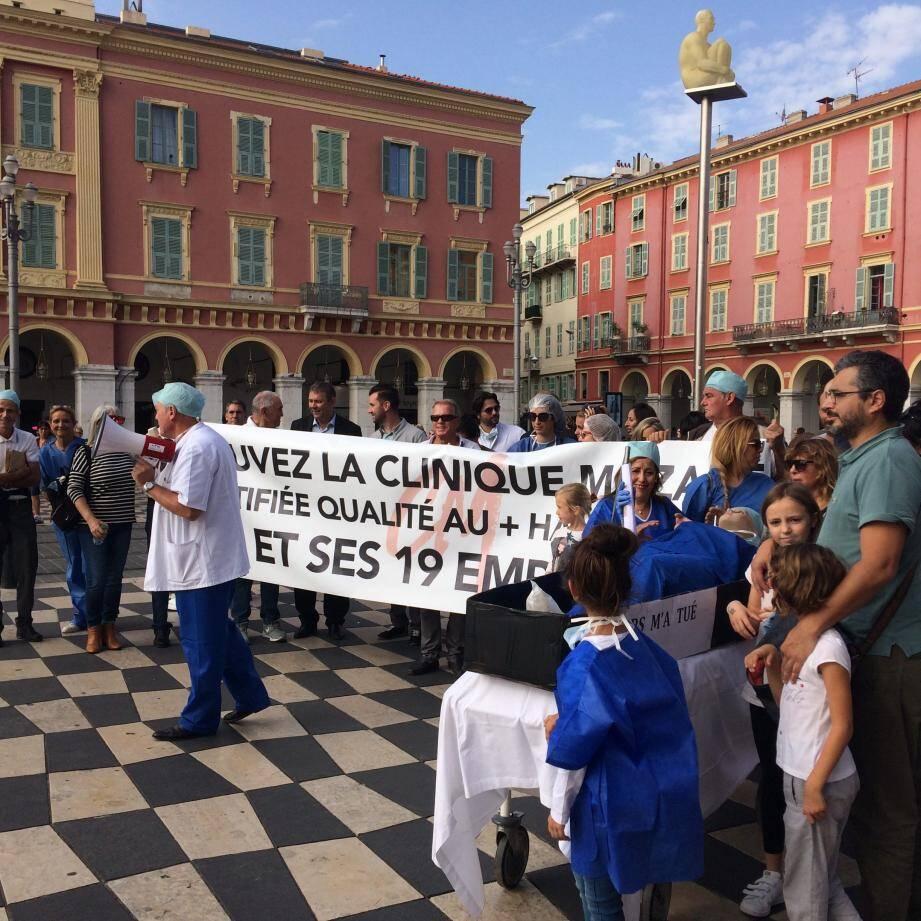Médecins et personnels de la clinique Mozart ont manifesté, hier, contre sa fermeture.