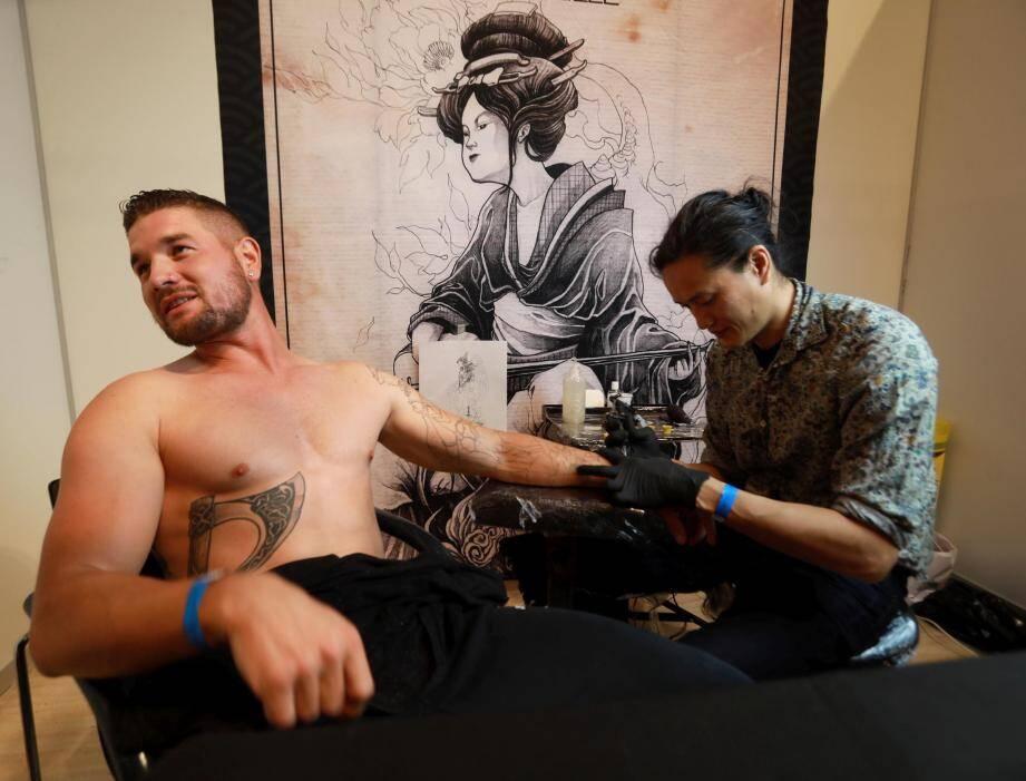 Jordan est venu de Nîmes pour passer entre les mains de son tatoueur attitré venu de Marseille. Près de 80 tatoueurs, en majorité du coin, sont venus exposer leur travail au Palais Neptune.