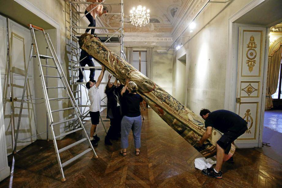 En raison de la taille et du poids de l'œuvre, le personnel du musée est venu prêter main forte.