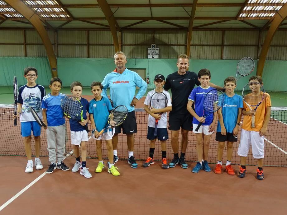 Les -10 ans et les -14 ans aux côtés de Benoit et Olivier, leurs coachs.