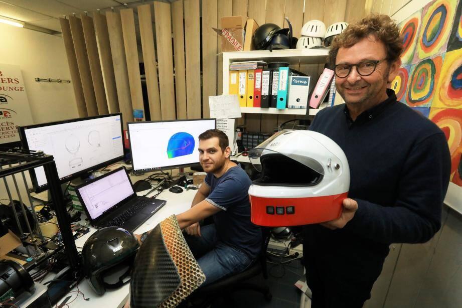 """Xavier Pillet (à droite) est à la tête de la société """"UFO groupe"""" spécialisée dans les pièces composites. Déjà fabricant de casques d'équitation, il se lance dans le secteur de la moto."""