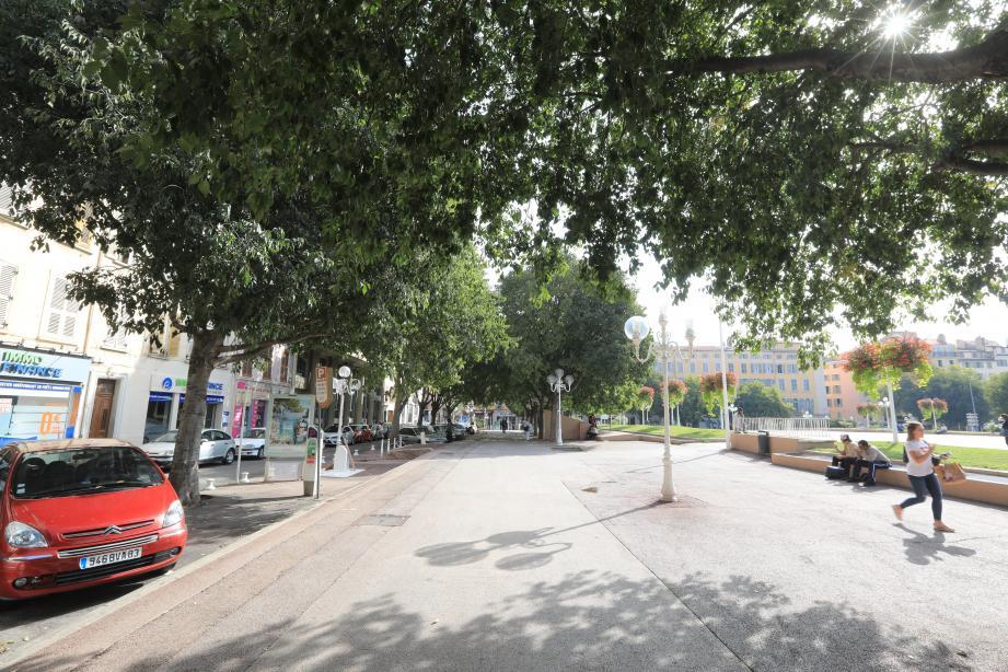 Le Comité d'intérêt local de la place d'Armes a souhaité l'aménagement d'une bande cyclable sur la contre-allée, au nord de la place.