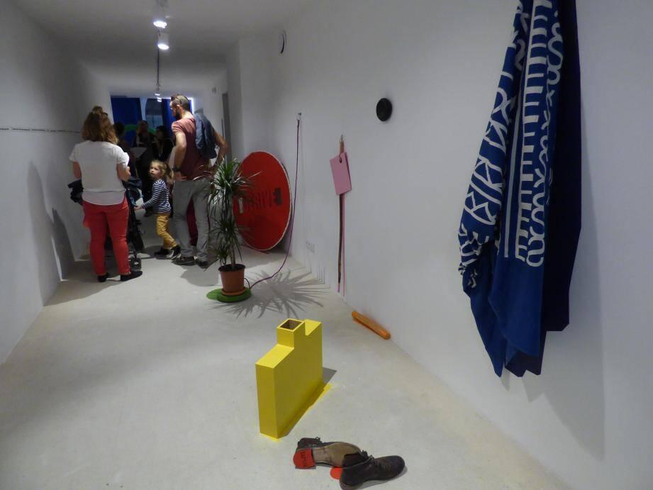 L'œuvre d'Antoine Poux « Usuel(s), Usuelle(s) » est composée d'objets que le spectateur peut déplacer.