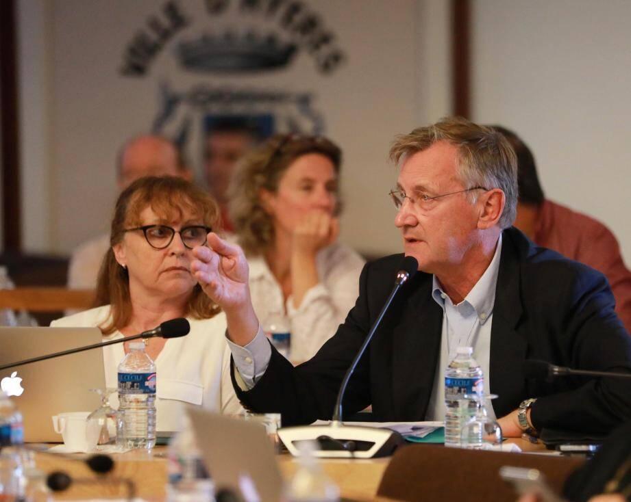 Brigitte Del Perugia et William Seemuller (« Agir pour Hyères ») lors du dernnier conseil municipal.