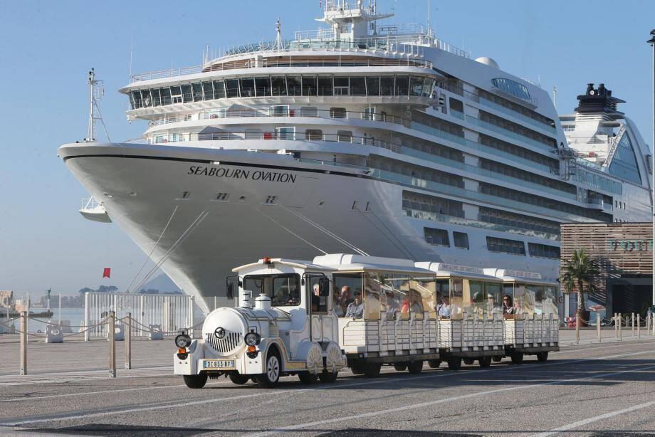 En mer depuis mai, le Seabourn Ovation peut accueillir 604 passagers sur ses 210 m de long et dispose de 450 membres d'équipage.