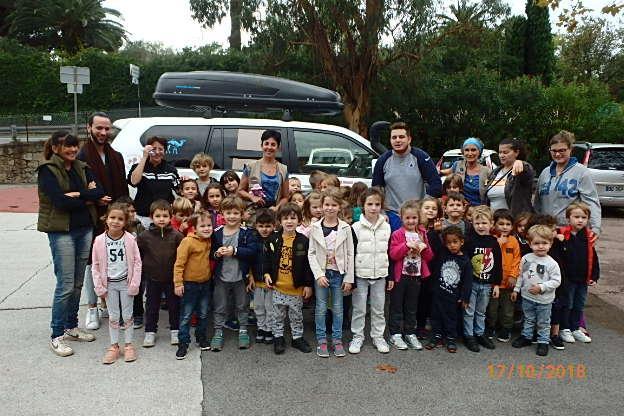 Les enfants et les animateurs du centre de loisirs très fiers de leur travail humanitaire.