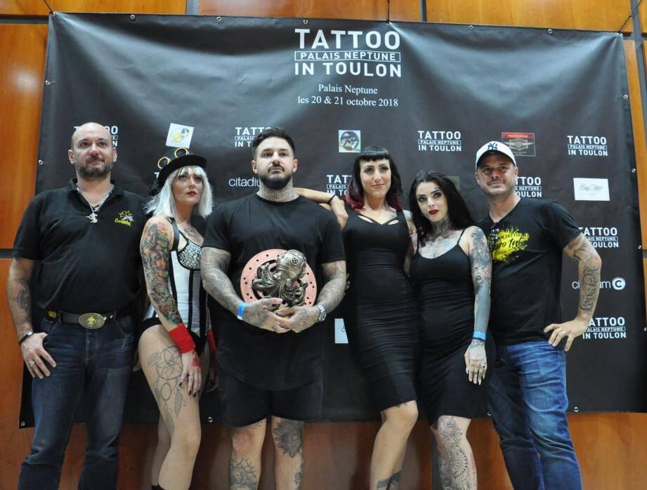 Vainqueur du Best of show, soit le plus beau tatouage de la convention : Thomas Massa (Tattoo23 à Nice), entouré du jury.