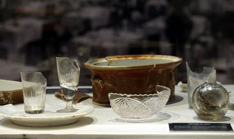 Cristal ciselé et porcelaine de Limoges pour une vaisselle raffinée repêchée au fond de l'eau.