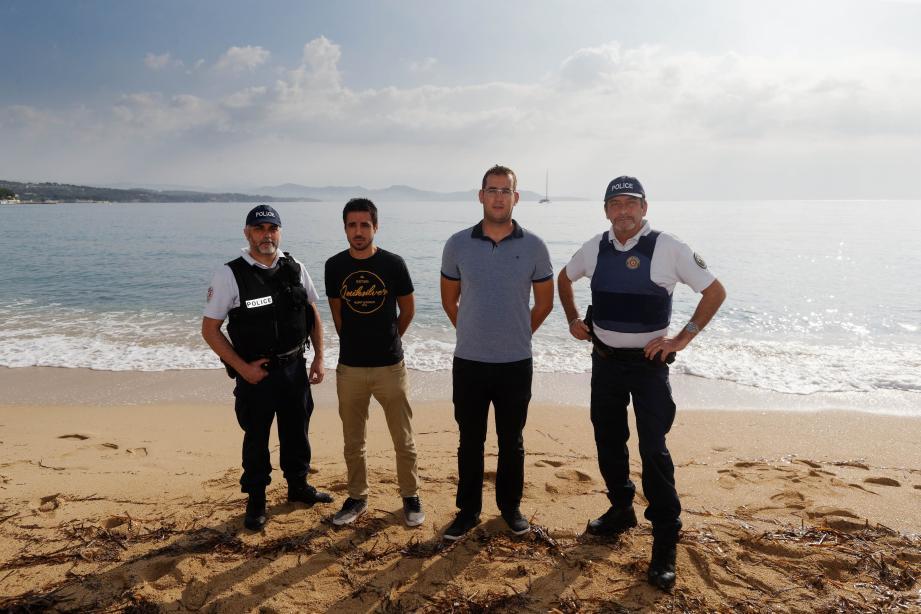 De gauche à droite sur la plage Cyrnos où ils ont sauvé une sexagénaire de la noyade : le gardien de la paix Thierry L., Hugo Dubos, Karl Vinclair et le brigadier Bruno P.