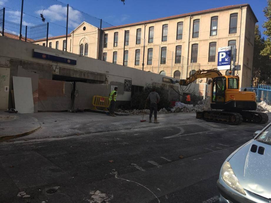 La démolition des deux arches qui étaient situées à l'entrée du parking Peiresc va permettre  de sécuriser le cheminement piétonnier.