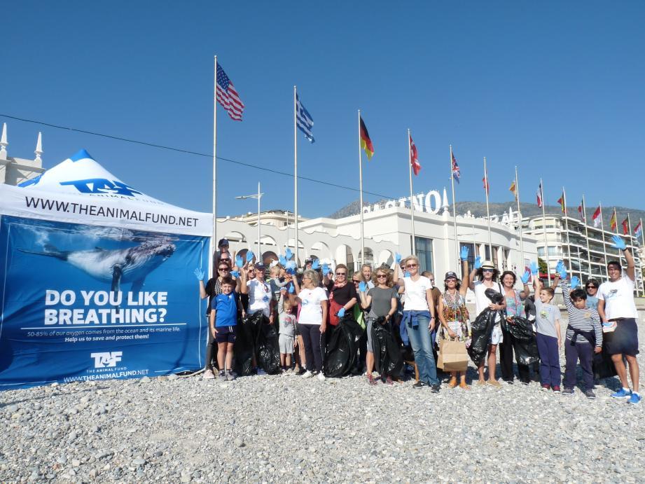 À l'appel de l'association « TAF », les bénévoles mentonnais sont venus nombreux dimanche nettoyer les plages de Menton.