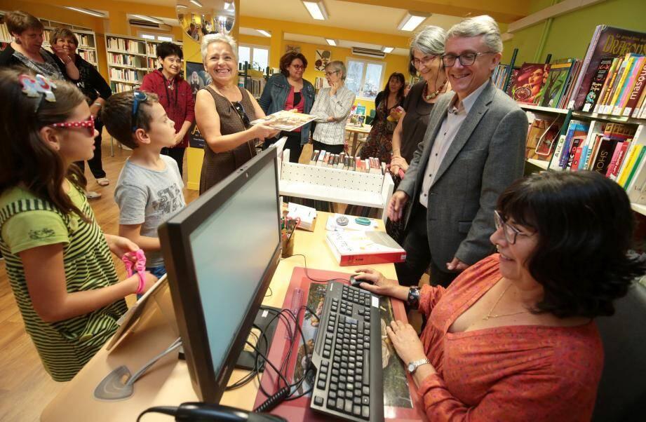Tous les âges sont les bienvenus dans la nouvelle bibliothèque municipale du Port, claire, accueillante et très riche en références livresques.