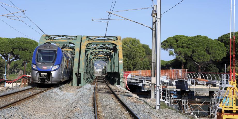 Une fois la circulation coupée, les arches de l'ancien viaduc de la Siagne (à gauche) seront démontées. Puis les huit parties du nouveau tablier, pour le moment installées à la droite de la structure seront progressivement positionnées sur la voie. À droite : la gare de Vintimille.