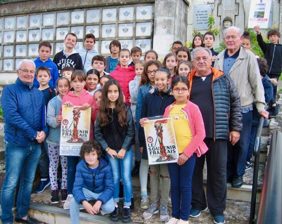 La classe de CM2 de l'école Cottage-Mimosas en visite au carré militaire de La Napoule. D'autres sorties sont prévues au cours de l'année scolaire.(D. R)