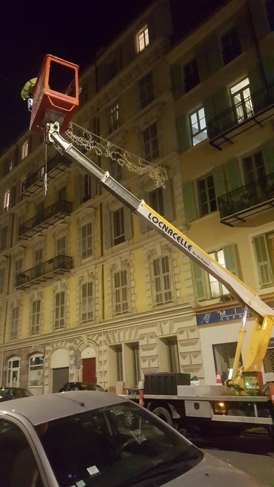 Mercredi soir, rue Foncet, l'accrochage des décorations de Noël était en cours.