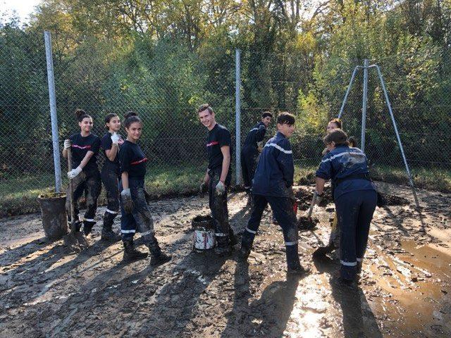 Au centre, Gaël Barral, en compagnie du groupe de jeunes sapeurs pompiers volontaires venus en aide aux sinistrés de TrèbesPhoto DR
