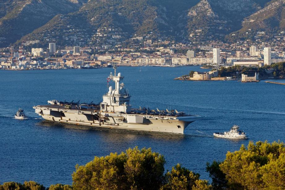 Lorsqu'il quitte la rade de Toylon, le porte-avions Charles-de-Gaulle, comme tous les bâtiments de la Marine nationale, s'adapte en  fonction des fuseaux horaires traversés.