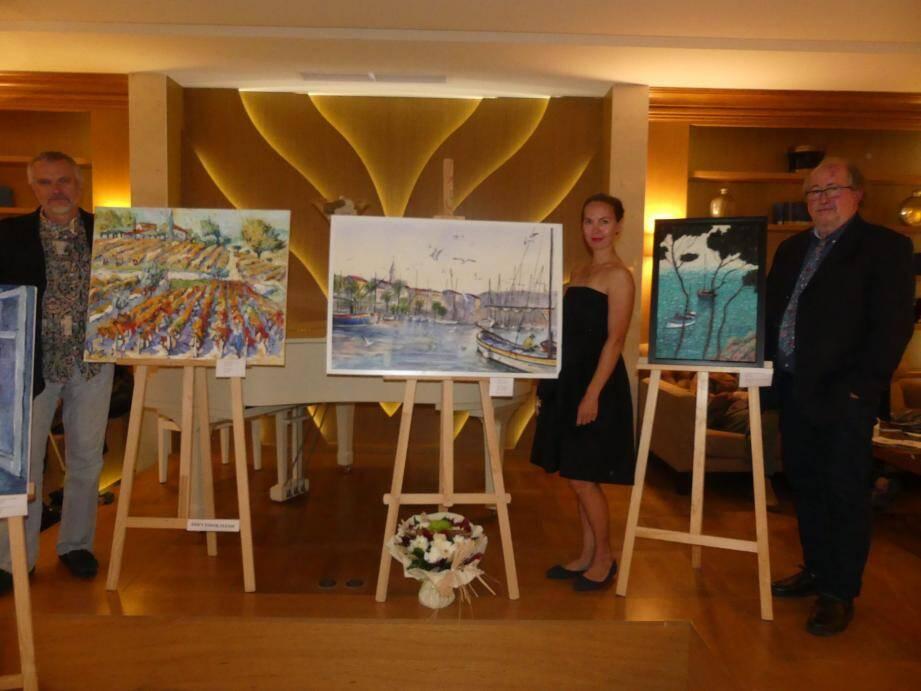 De gauche à droite : Igor Vasilich, Anastasia Zakharova et Yann Rebecq devant une de leurs œuvres.