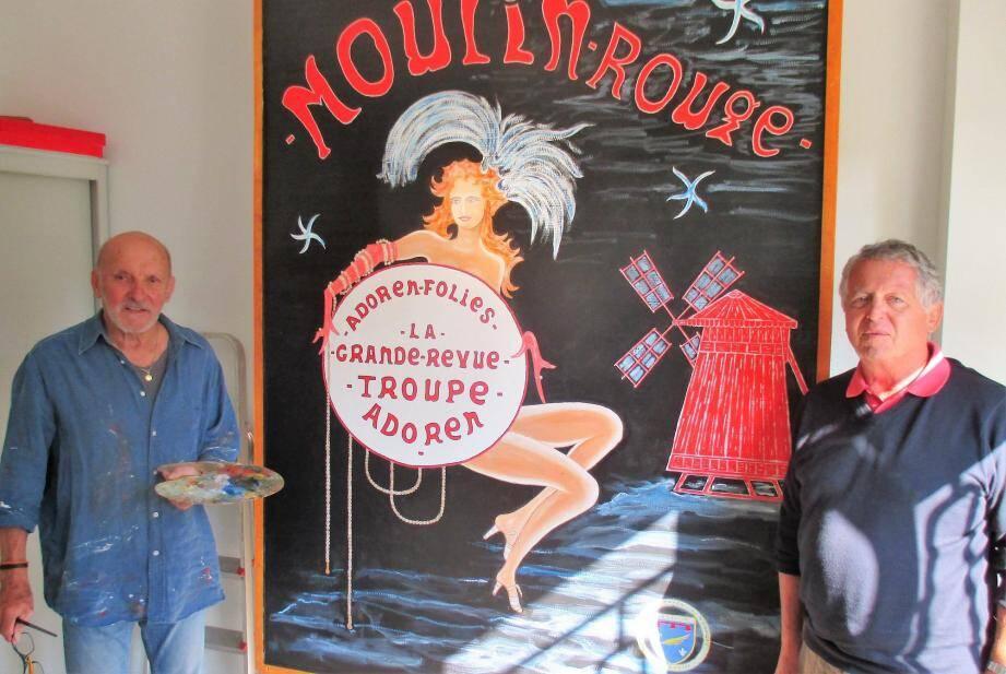 Le président Petit, à droite, admire l'affiche préparée par un des adhérents.