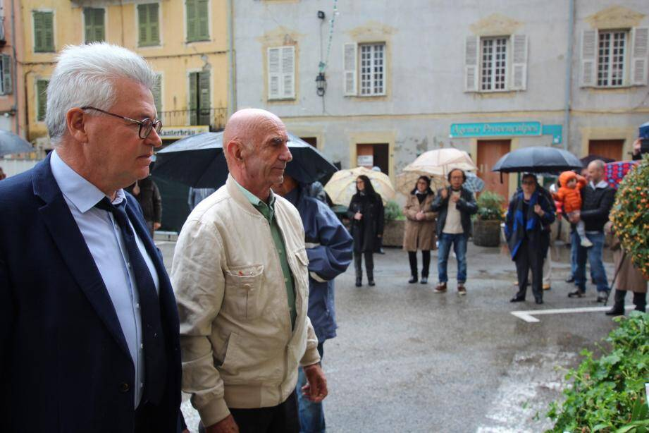 André Ipert et Joseph Ghilardi ont procédé au dépôt de gerbe en présence de Breillois venus nombreux malgré la pluie.