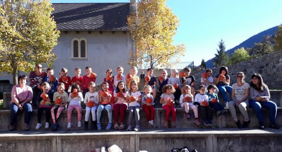 Les enfants sont heureux de présenter leur jolie sculpture, avant de sortir le grand jeu « à se faire peur  » aujourd'hui.
