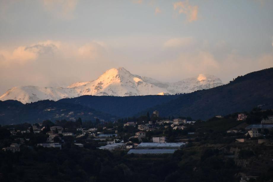 De la neige sur les sommets du Mercantour.