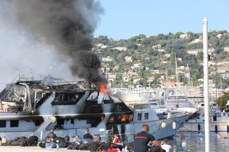 Dans la nuit de vendredi à samedi, un incendie s'est déclaré sur le vieux port de Golfe-Juan. Des témoins ont signalé deux explosions avant que le navire s'embrase.