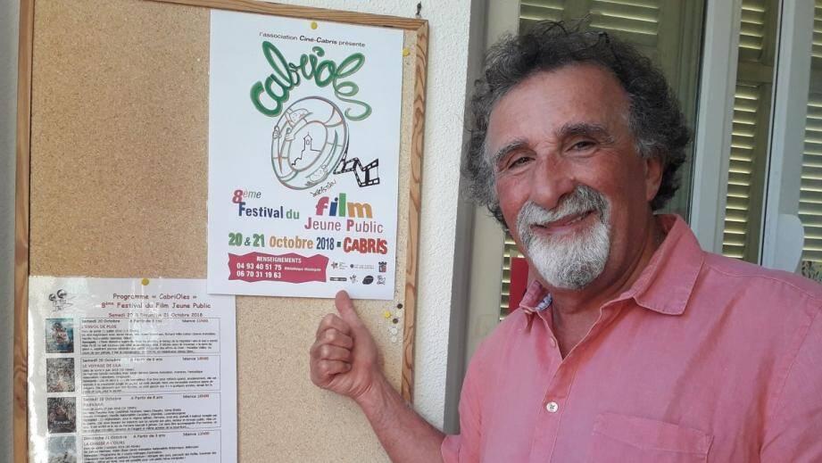 Jean Zémor devant l'affiche ornée, comme chaque année, d'un dessin de Kristian, parrain de la manifestation.