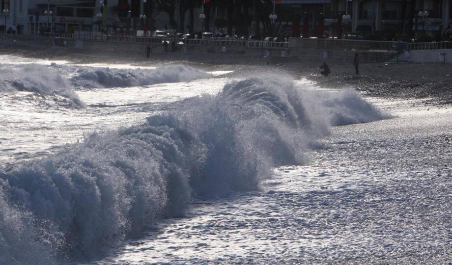 De violentes vagues à Menton.