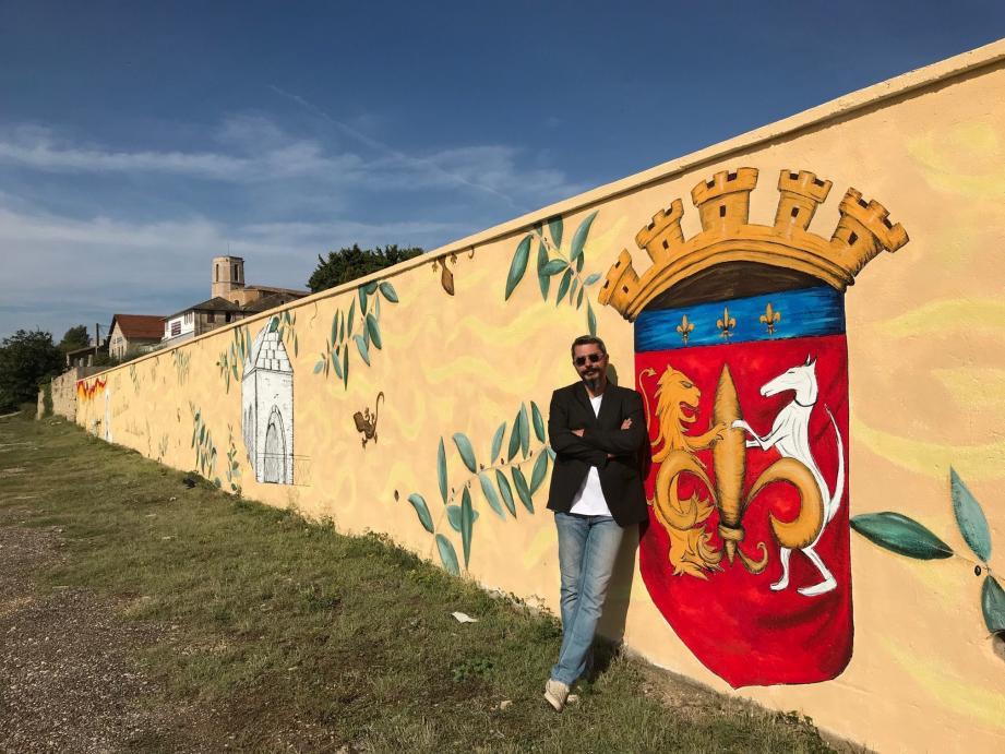 Dominique Biagini et sa fresque monumentale du mur extérieur du cimetière.