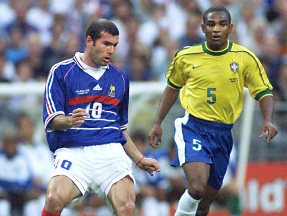 La légende du football français Zinedine Zidane (ici contre le Brésil).