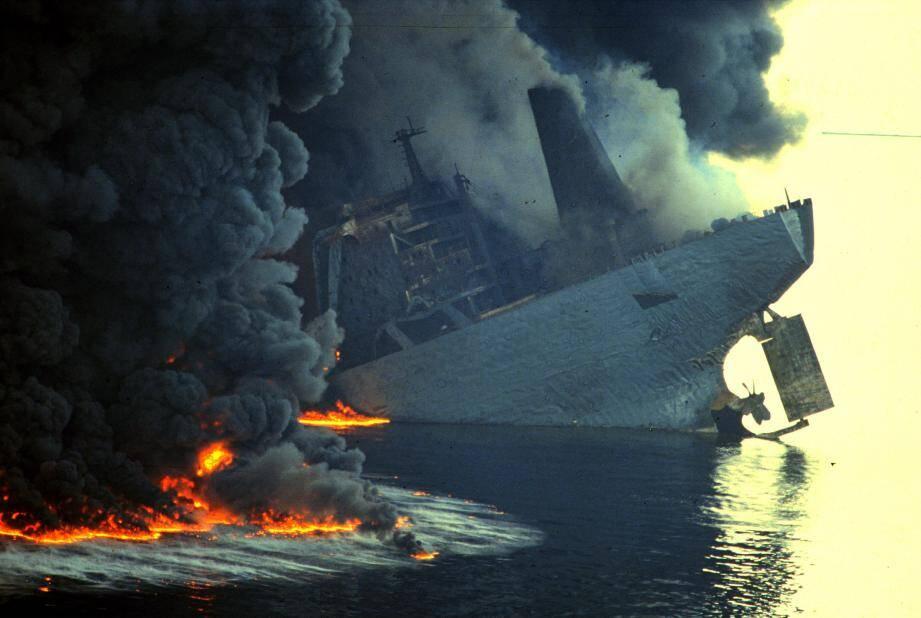 Naufrage du pétrolier Haven dans le golfe de Gênes.