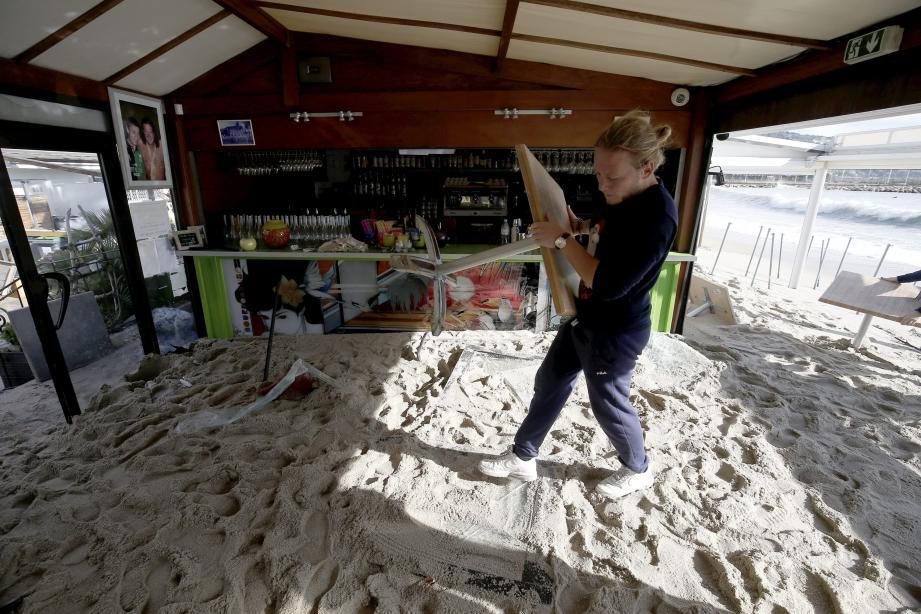 Des terrasses recouvertes d'une épaisse couche de sable: cette scène s'est répétée, hier, dans de nombreux établissements de la baie de Garavan.