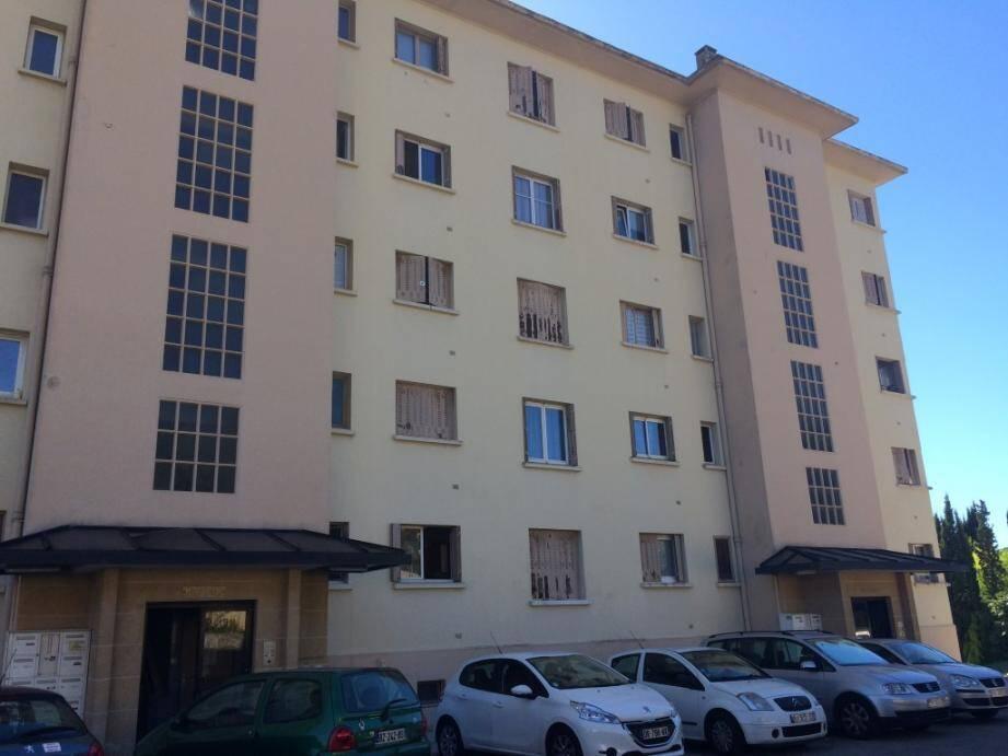 Dans le même bâtiment de cette résidence sans ascenseur, le couple âgé a troqué son appartement situé au 5e étage pour un autre, plus petit, et situé au rez-de-chaussée.