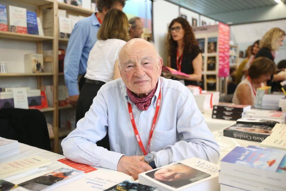 Edgar Morin, sur le stand des Editions de l'Aube.