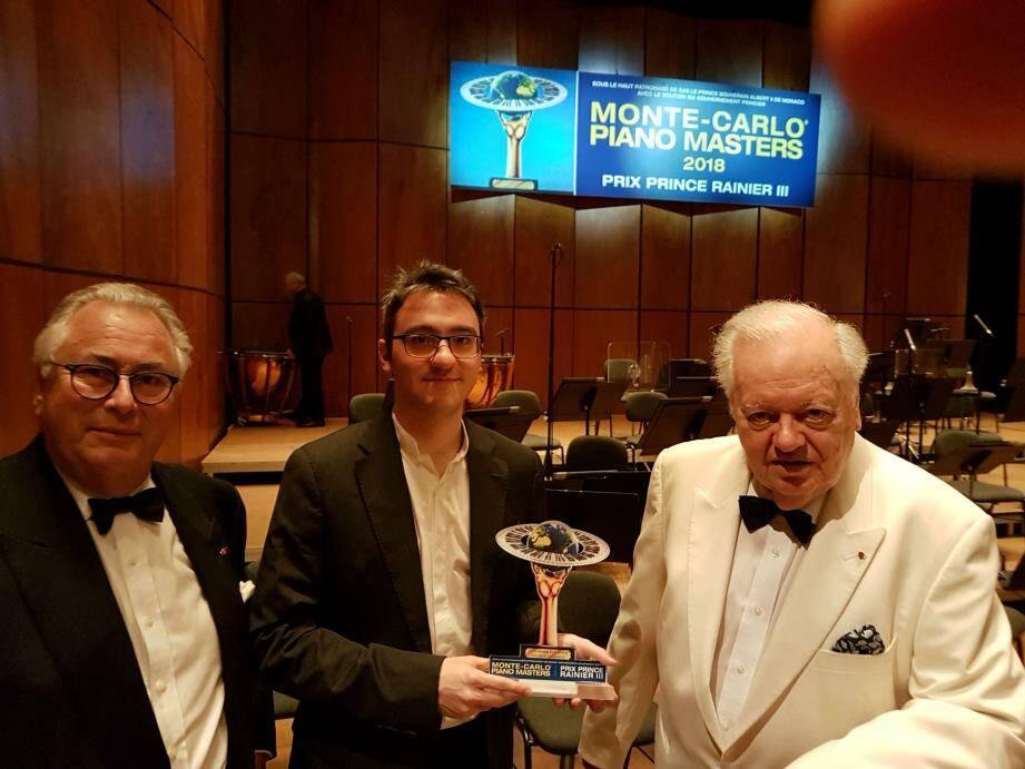 Le vainqueur Alexander Gadjev, entouré de Jean-Marie Fournier, le directeur des Masters et PHilippe Entremont, président du jury.