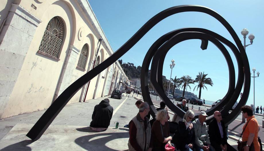 Œuvre de Bernar Venet, posée sur le quai des États-Unis, devant la galerie de la Marine.