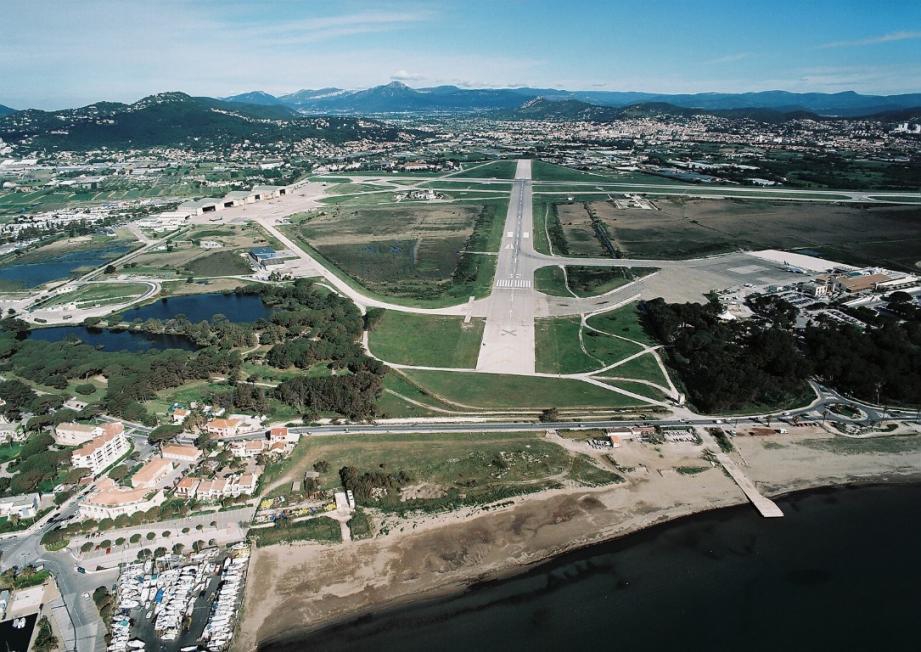 Vue aérienne de la BAN de Hyères.