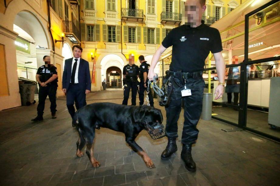 Les maîtres-chiens de la société de sécurité privée Tamaris, ce jeudi soir, sur la place Garibaldi.