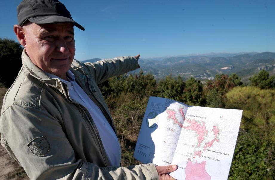 Jean-Marc Lardeaux présente le projet de 200 000ha, à Eze, avec vue sur la chaîne de l'Argentera-Mercantour.