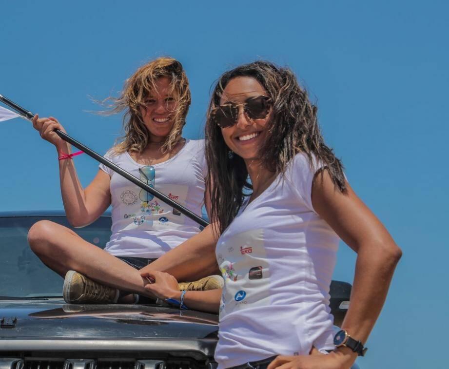 Marie-Anne Charton et Souad Belmejdoub préparent leur premier Rallye Aïcha des Gazelles. Pour ce faire, elles cherchent des sponsors. À droite, les deux aventurières lors de leur voyage initiatique à Essaouira, au Maroc, où elles ont affronté une première fois les dunes de sable. Avec plus ou moins de réussite…