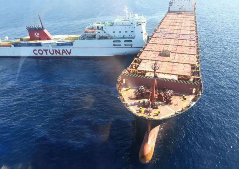La catastrophe a été évitée de peu dimanche matin. De façon, pour l'heure, inexpliquée, un navire marchand est venu percuter un second au mouillage.