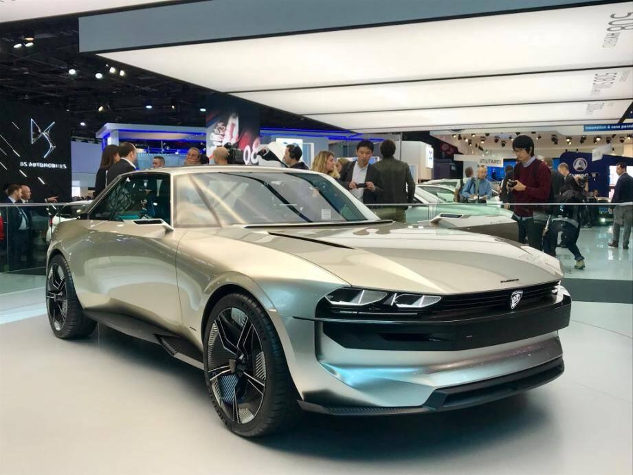Le concept-car électrique et autonome Peugeot E-Legend qui s'inspire de la mythique 504 coupé dessinée par Pininfarina.