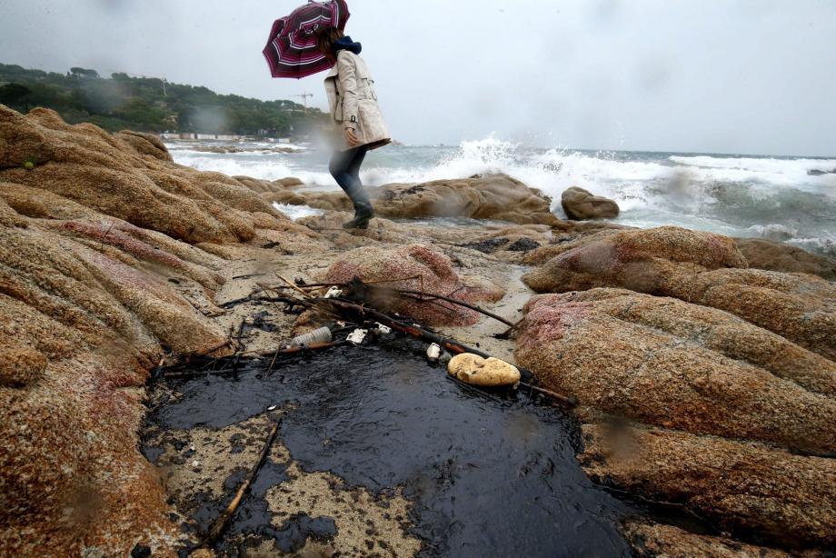 Pollution aux hydrocarbures sur les plages de Pampelonne à Ramatuelle.