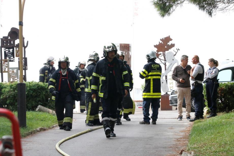 Vingt sapeurs pompiers sont intervenus ce lundi matin pour un feu de friteuse.